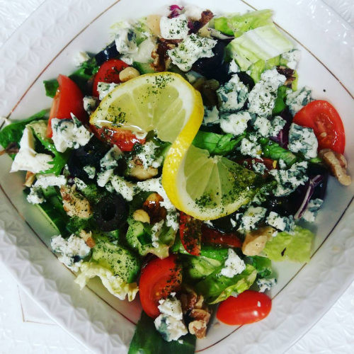 Salad with blue cheese and walnuts